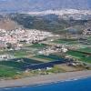 Luftaufnahme des Strands und des Ortes