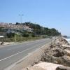 Parallel zum Strand verlaufende Straße